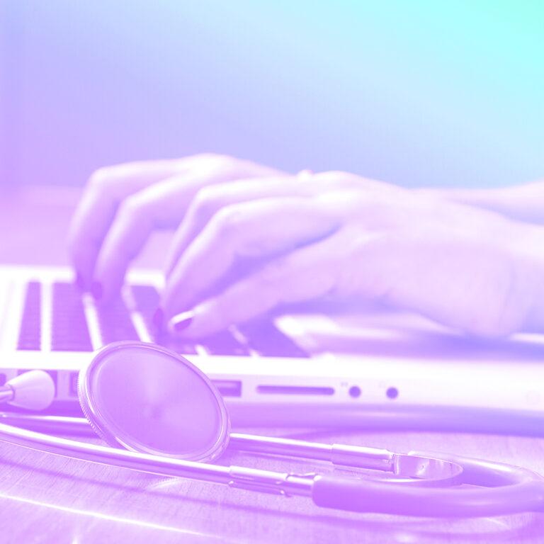 mão digitando em um teclado de notebook representando os RHs na área da saúde