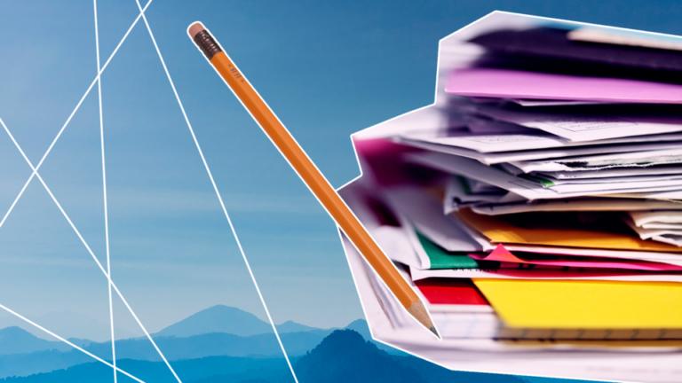 imagem de capa blog com uma pilha de papéis e um lápis representando a importância da organização financeira
