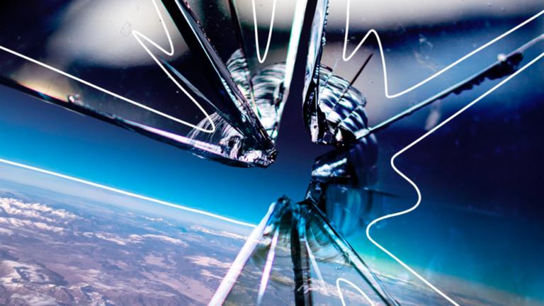 imagem de capa blog com um vidro quebrado e a atimosfera do planeta terra ao fundo, representando os piores erros da gestão financeira