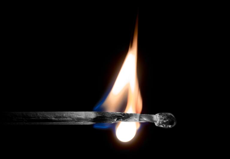 Foto de um fósforo queimando, representando a síndrome de burnout