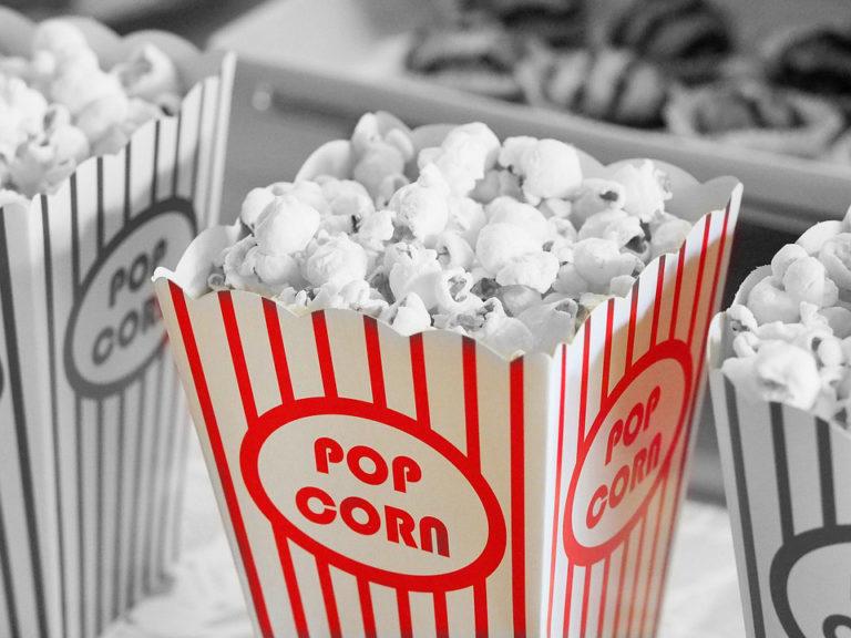 Foto de um balde de pipoca, representando os filmes que todo RH deve assistir sobre gestão de pessoas