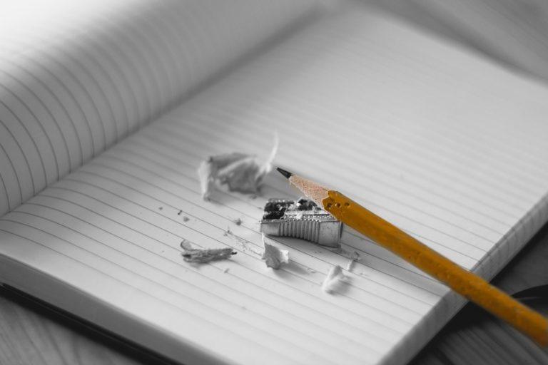 Foto de um lápis apontado, representando a educação financeira