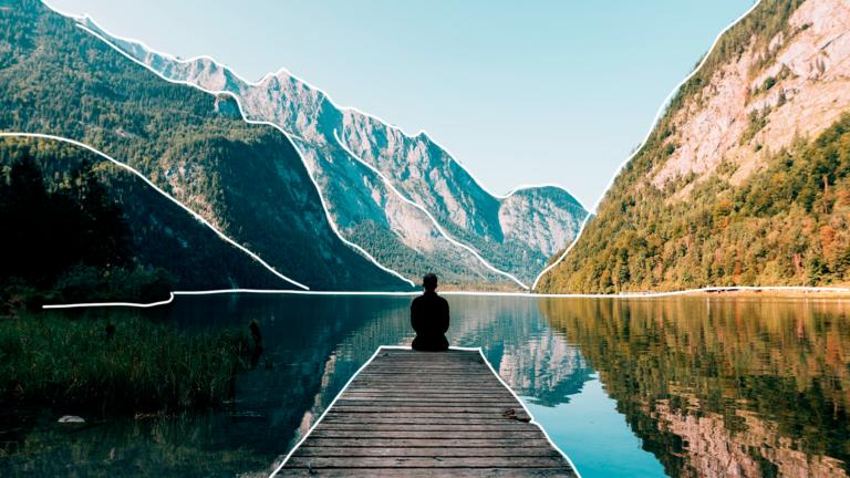 imagem de capa blog com um cais sobre um rio e uma paisagem com montanha ao fundo com uma pessoa sentada sobre o cais em posição de meditação