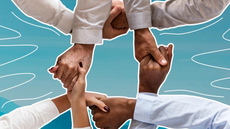 imagem de capa blog com várias mãos segurando umas nas outras formando um círculo representando a comunicação interna