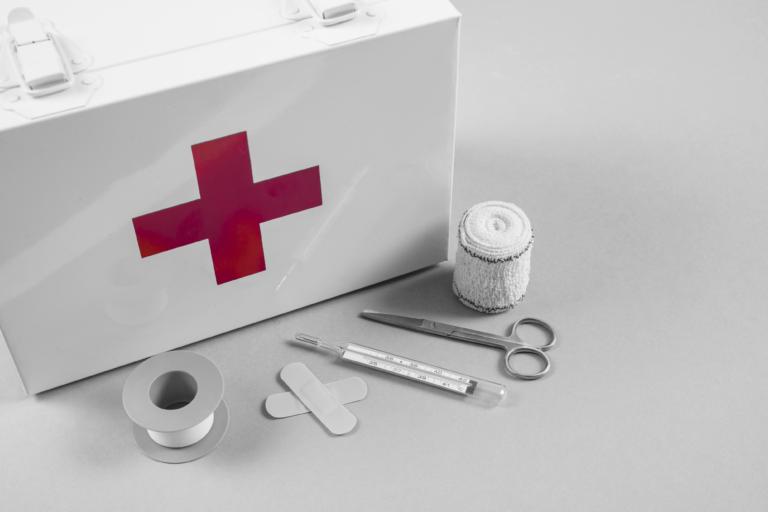 foto de um kit de primeiros socorros, representando a reserva de emergência