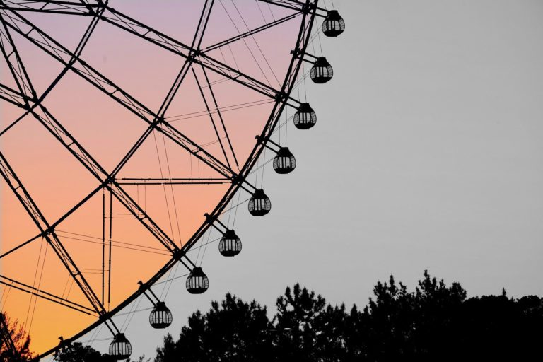 Foto de uma roda gigante, representando o turnover nas empresas