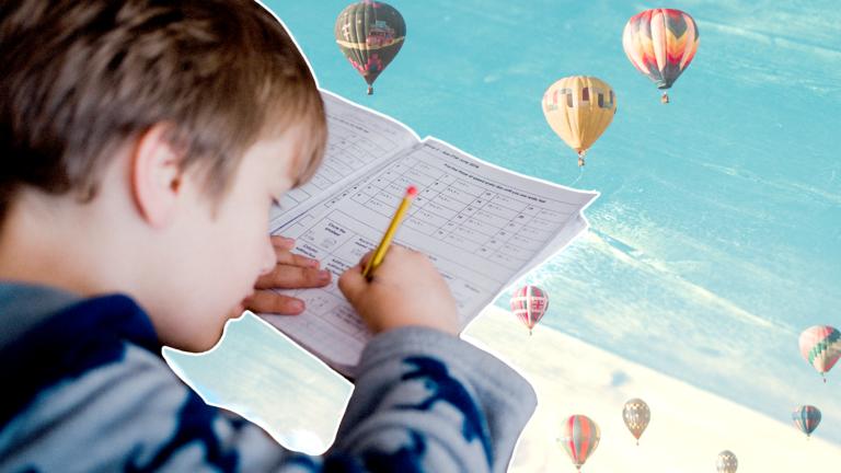 imagem capa blog com uma criança estudando com um caderno e um lápis e ao funo um céu com balões voando representando a educação financeira