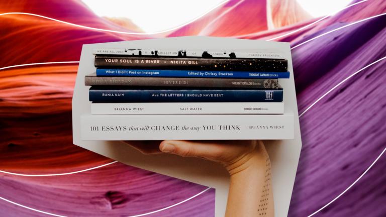 imagem de capa de blog com um braço na vertical segurando uma pilha de cinco livros