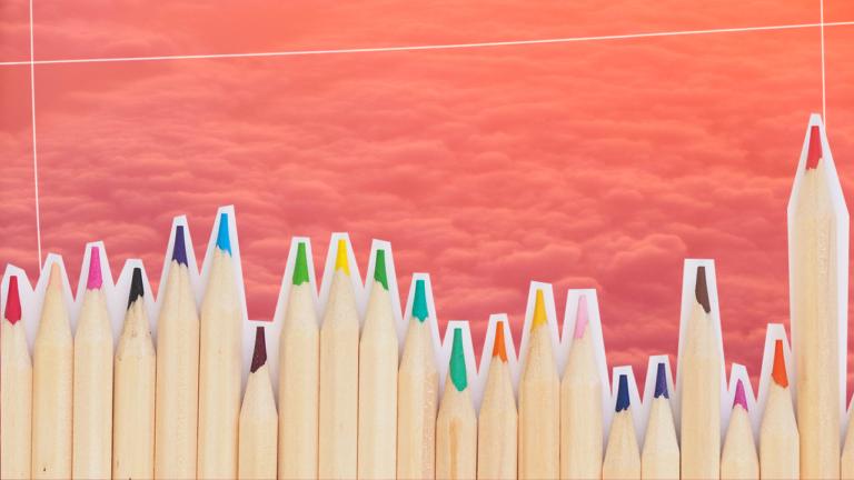 imagem de capa blog com vários lápis de cor coloridos enfileirados lado a lado representando a educação financeira