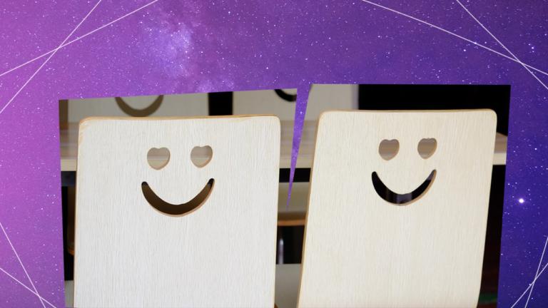 imagem de capa blog com cadeiras de escritório com um desenho de smile no seu encosto, representando o employee experience