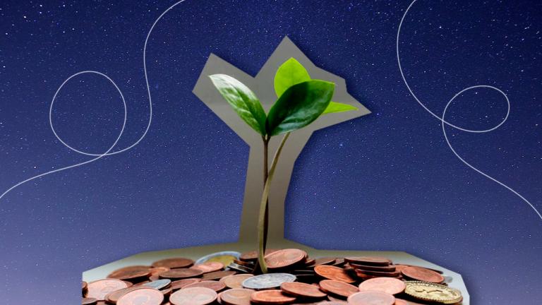 imagem capa com uma muda de planta nascendo num vaso com moedas representando os gastos que você pode cortar e economizar