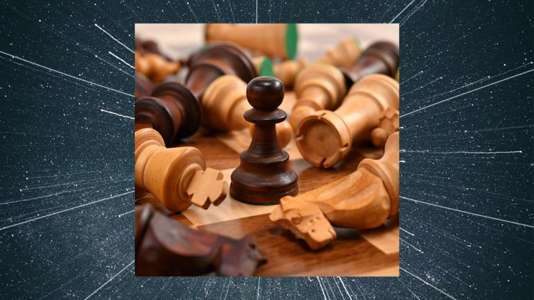 imagem de capa blog com peças de um tabuleiro de xadrez caídas e um único peão em pé representando as habilidades que todo profissional de RH precisa ter para se destacar no mercado