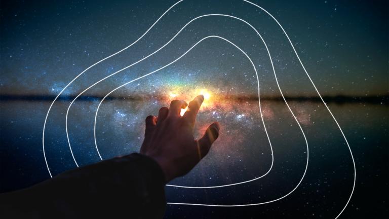 imagem capa blog com uma mão estendida para uma luz aparecendo em meio ao fundo do universo representando o crédito consignado privado e como ele pode te ajudar