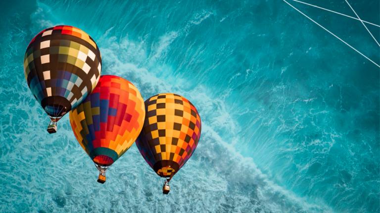 imagem de capa blog com três balões voando lado a lado representando o RH, a educação financeira e o impacto social