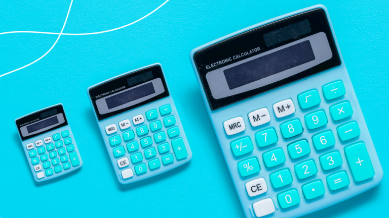 imagem capa blog com calculadoras azuis sobre uma mesa representando o crédito consignado privado para diminuir dívidas