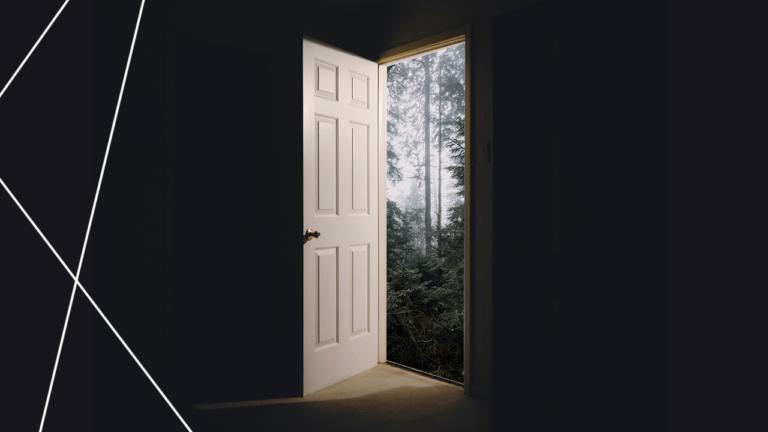 imagem capa blog com uma porta aberta para uma floresta representando o turnover e o absenteísmo