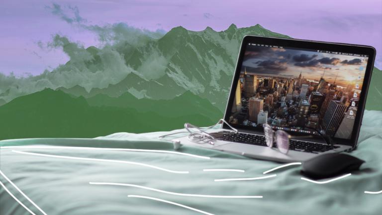 imagem de capa blog de um notebook aberto flutuando em cima de um mar com ondas gigantes, representando a contratação na pandemia