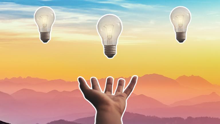 imagem de capa de blog com uma lâmpada flutuando uma mão aberta representando como pegra um empréstimo de forma produtiva