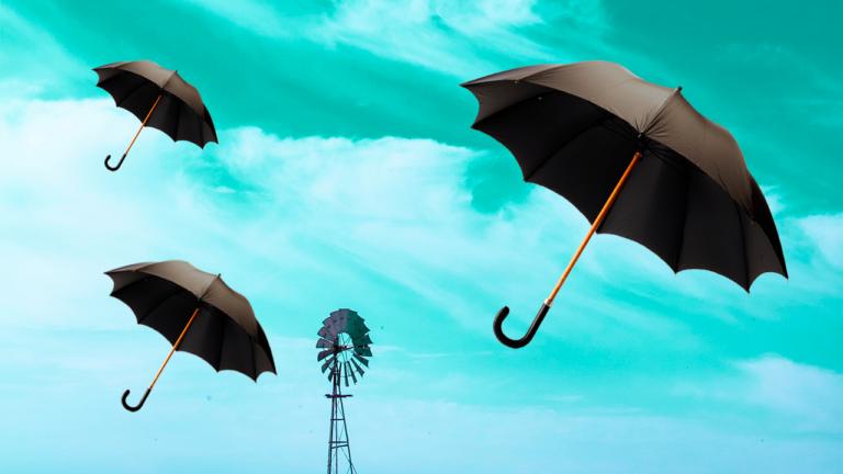imagem capa blog com guarda-chuvas voando sob o céu azul representando a produtividade impactada pelas dívidas