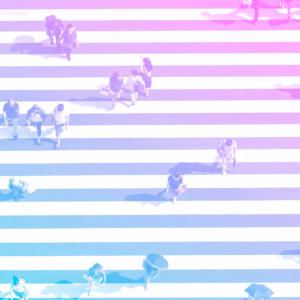imagem vista de cima com a calçada e faixas brancas de pedestres na horizontal, com pessoas atravessando representando os benefícios para colaboradores