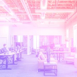 imagem de um escritório com mesas separadas e pessoas trabalhando nelas, representando o futuro dos escritórios