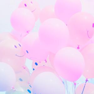 balões subindo para o céu