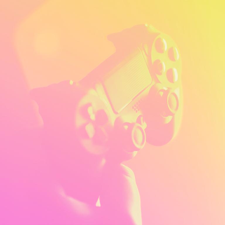 mão segurando um controle de video game representando a gamificação