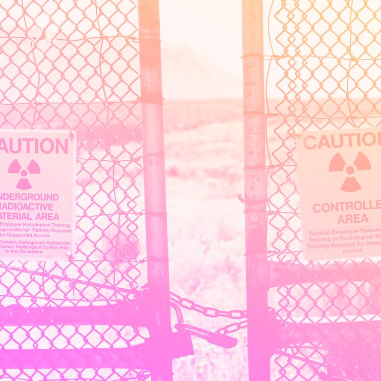 portão de grade de ferro com uma fresta aberta e uma placa de área restrita pendurada bem ao meio dela, representando a liderança tóxica