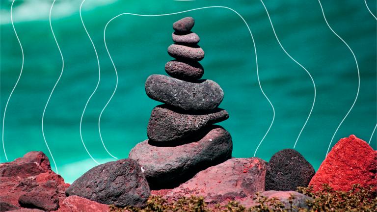 pilha de pedras do maior para a menor fazendo um imagem de uma montanha com uma ponta apontada para cima representando os benefícios opcionais, flexíveis e digitais