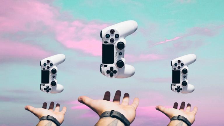 três mãos com a palma virada para cima em uma posição como se estivesse segurando algo, com três controle do console PS4, um acima de cada mão com a sua extremidade para baixo como se fossem cair em cima das três palmas abertas, representando a gamificação no RH.