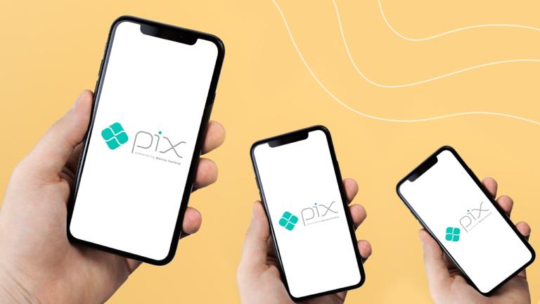três mãos segurando um celular em cada mão, com a tela do celular apresentando o aplicativo do PIX com a marca do PIX na tela inicial