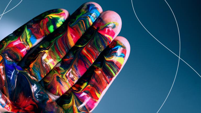 quatro dedos de uma mesma mão juntos, com várias tintas coloridas misturadas sobre os dedos representando o people first
