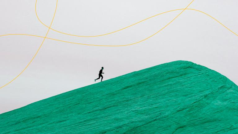homem longe subindo uma montanha que aparece seu pico e sua leve descida representando os passos para sair das dívidas