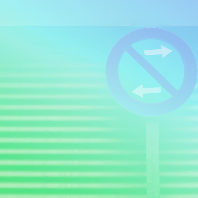 """uma placa de transito redonda com uma faixa diagonal vermelha indicando """"pare"""" em cima de duas setas brancas que apontam para lados opostos, ao fundo da placa temos uma escadaria subindo representando o turnover nas empresas"""