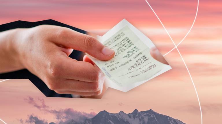 mão segurando uma nota fiscal apontando para o sentido direito representando a educação financeira na pandemia