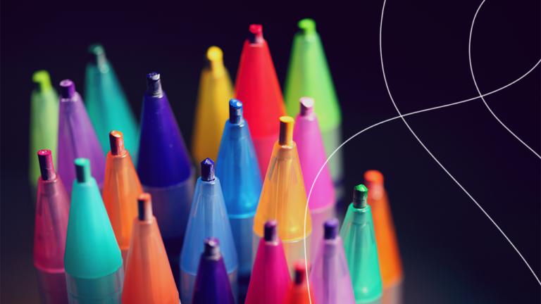 vários lápis de cor com a ponta apontada para cima, sendo cada lápis de uma cor diferente representando a diversidade nas empresas