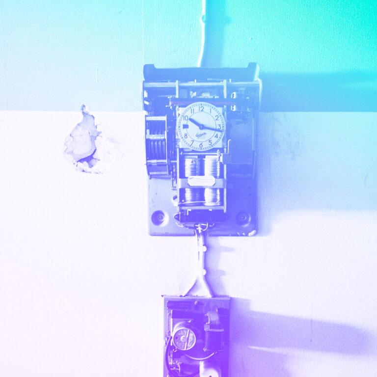 um relógio de ponto preso na parede representando qual o futuro da marcação de ponto