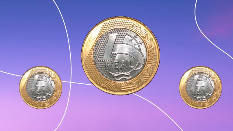 três moedas de 1 real flutuando sob um fundo infinito de cores lilás e roxo representando o reajuste do salário mínimo