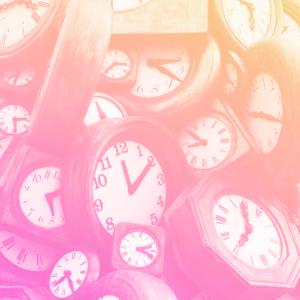 vários relógios analógicos empilhados uns em cima dos outros representando o preconceito etário