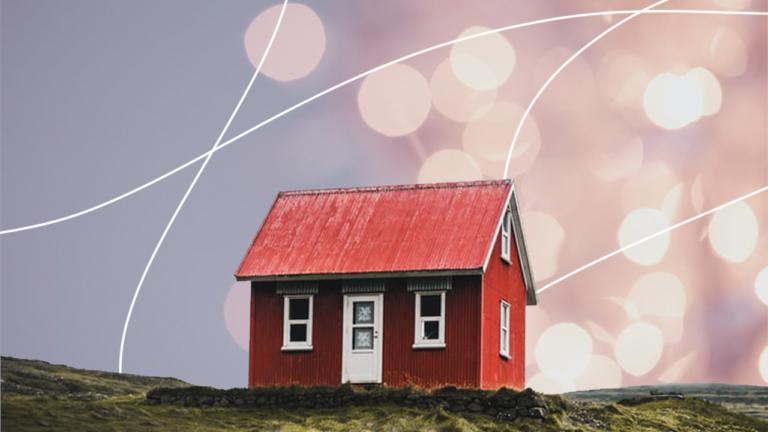 uma casa vermelha com uma porta e duas janelas na frente representando aluguel ou casa própria
