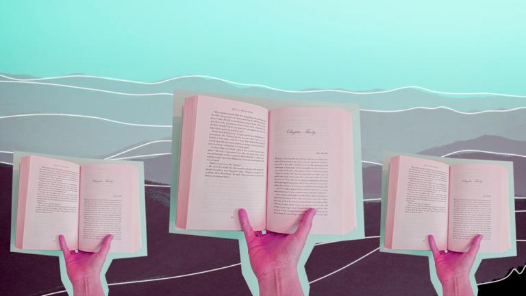 uma mão segurando um livro aberto apoiando os dedos mindinho e polegar sobre as páginas dos livros abertos, temos 3 imagens iguais com a mão segurando o livro aberto sendo a do centro em um tamanho maior, representando o lifelong learning