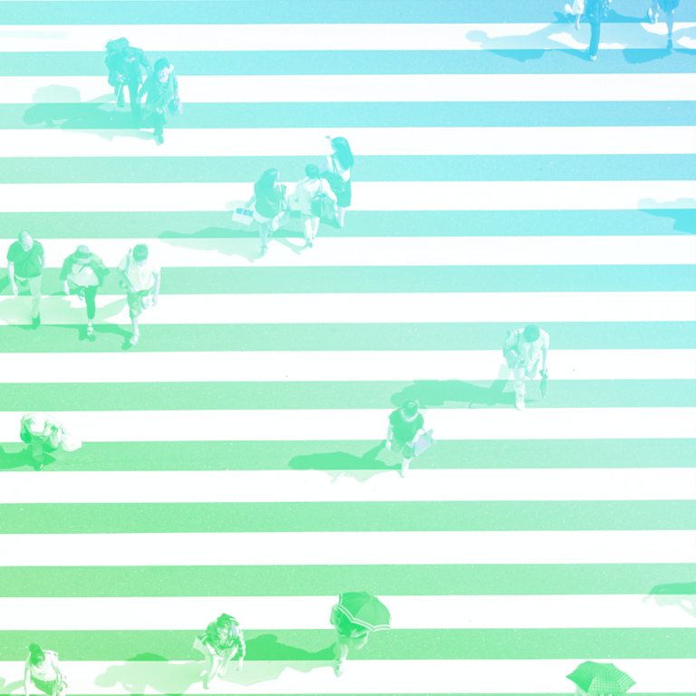 imagem vista de cima com as linhas de uma faixa de pedestres em linhas horizontais e pessoas andando sob elas, atravessando a rua, representando o processo seletivo
