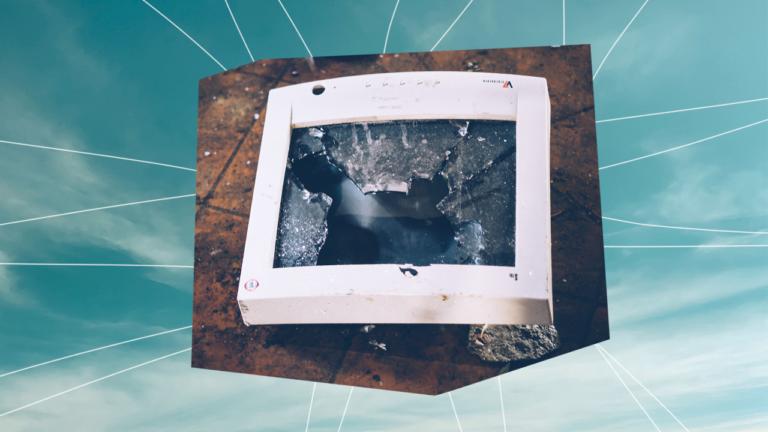 monitor de um computador dos anos 90 caído no chão com a tela trincada representando o tecnoestresse