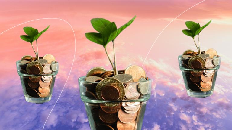 três vasos de planta de vidro transparente com moedas até o topo e com uma muda de planta nascendo entre as moedas representando os gastos pela internet