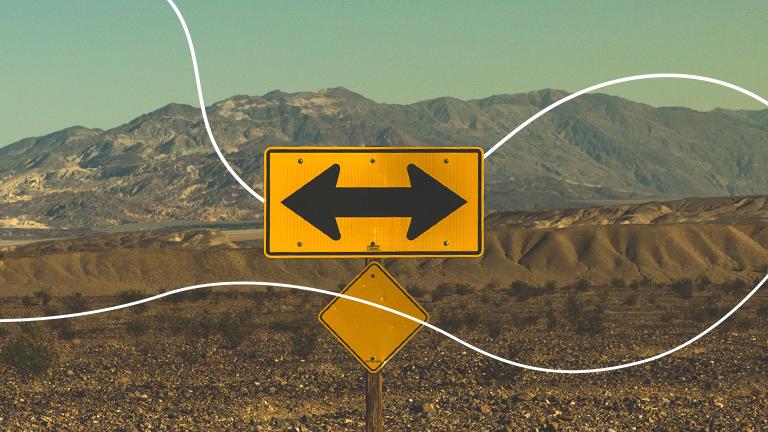 uma placa de trânsito retangular com duas setas apontadas para lados opostos representando o que fazer com o FGTS após perder o emprego