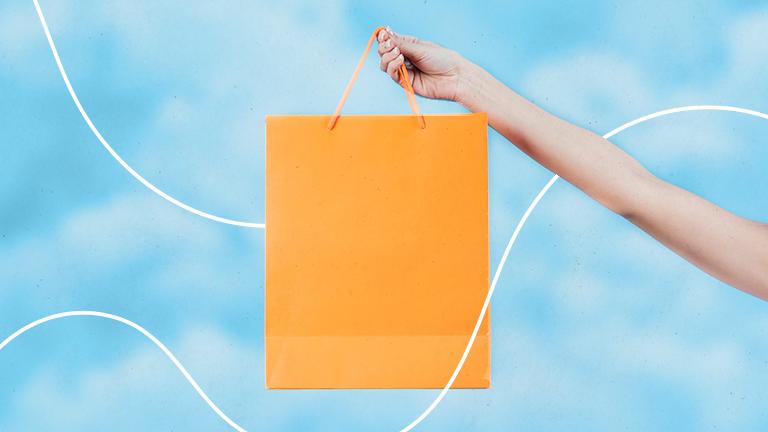 braço esquerdo levantado segurando uma sacola de papel em formato retangular representando as armadilhas do consumo