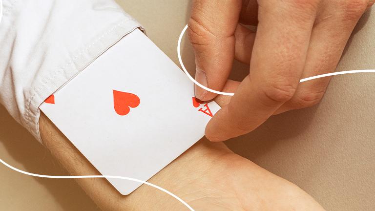 uma mão segurando uma carta de baralho de às de copas representando a carta coringa para a solução de não ter uma reserva de emergência