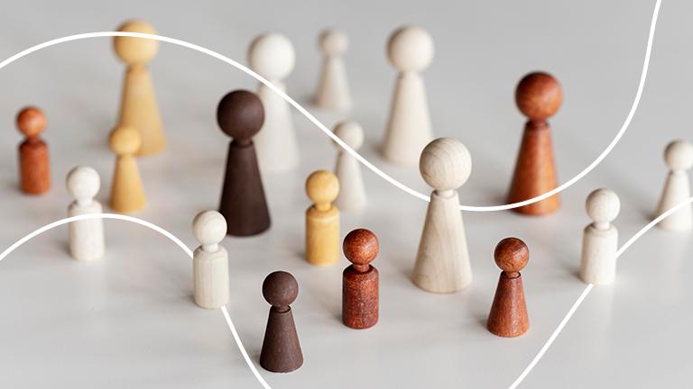 bonequinhos de peças de xadrez de várias cores representando a linguagem inclusiva como papel do RH