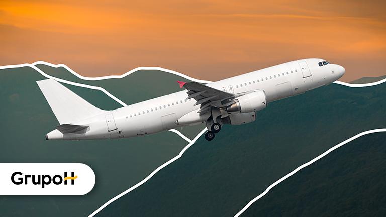 Avião voando com um céu alaranjado representando como uma pessoa pode aumentar seu score e melhorar sua vida financeira
