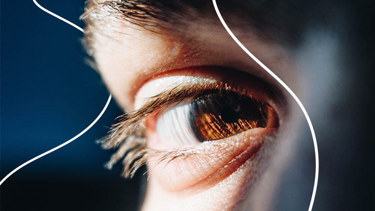Imagem focada nos olhos castanhos de um rapaz representando o capital humano